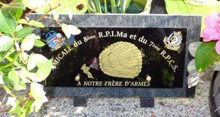 Dépôt d'une plaque souvenir sur la tombe de Raymond QUELVEN